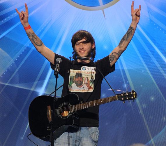 Egyszerre játszott gitáron és szájharmonikán Juhász Marci, aki emellett még énekelt is, méghozzá egy népdalt, rockosabb stílusban.