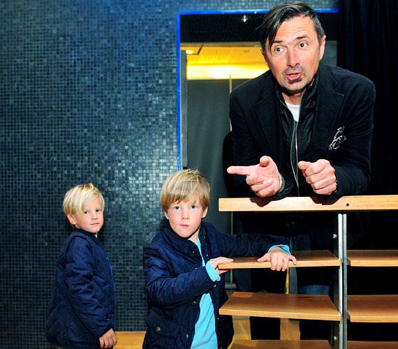 Gyönyörű, szőke ikrei, Márton Jenő és Dániel Miklós már ötévesek.