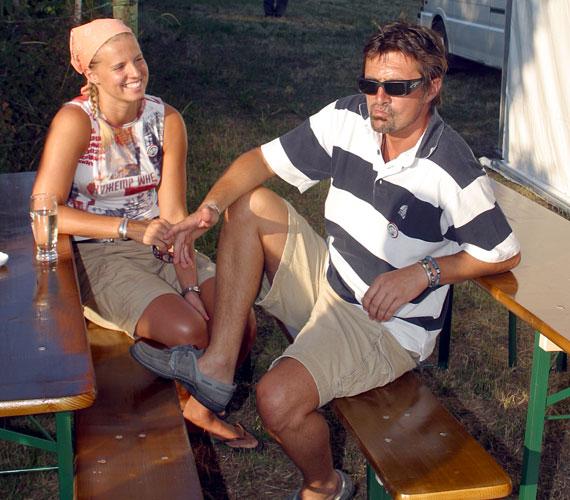 Felesége élsportoló volt: több magyar csapatban kosarazott, majd amikor egy olasz csapathoz igazolt, ő lett a kenyérkereső a családban.