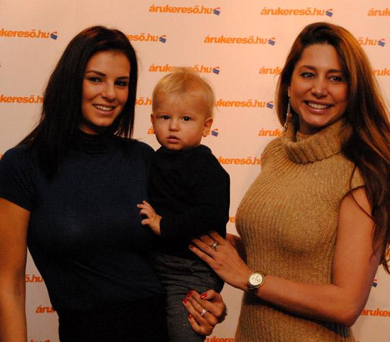 Hajdú Dávid fiatal anyukája és Horváth Éva között néz megilletődve a kamerába.