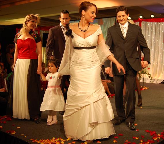 Gombos Edina családjával még egyszer megmutatta alkalmi ruháját.