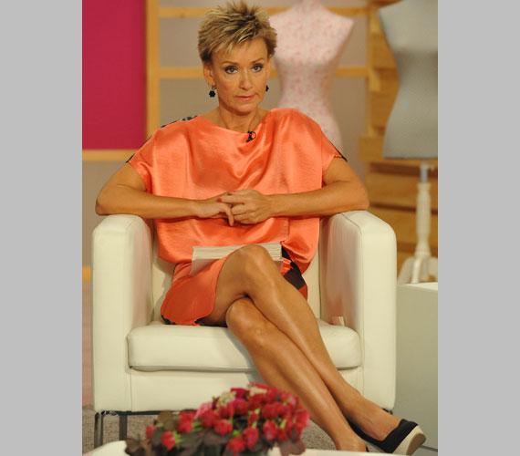 Jakupcsek Gabriella, az M1 műsorvezetője 50 fölött is az egyik legjobb lábú műsorvezetőnő.