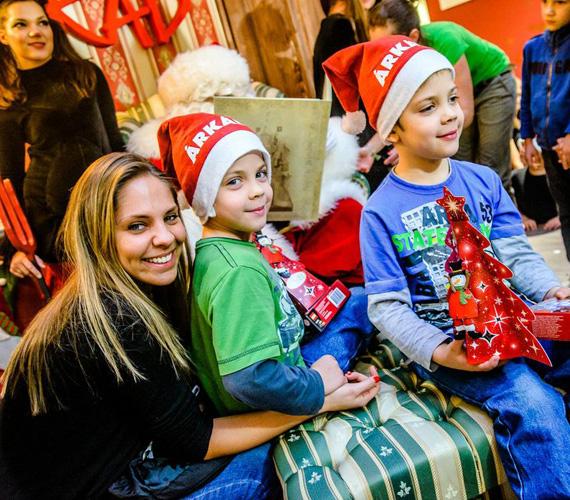 Ada, vagyis Pintér Adrienn, a VIVA TV egykori műsorvezetője hétéves ikerfiaival, Bálinttal és Bencével jelent meg a Mikulás-ünnepségen.
