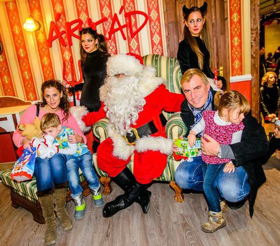 Kaszás Géza színész bájos feleségével, Zsuzskával, 200-ban született kisfiával, Nimróddal és hároméves kislányával, Lillával érkezett a fehérszakállú elé.