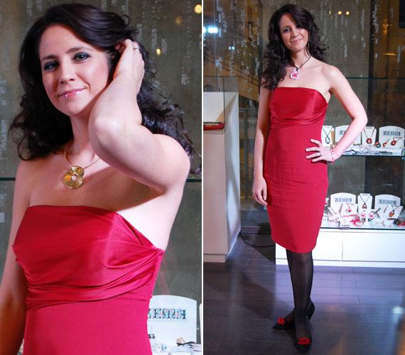 Gubás Gabi színésznő piros ruhába bújt. Még az összhatásra is figyelt, fekete cipőjét piros szalag díszítette.