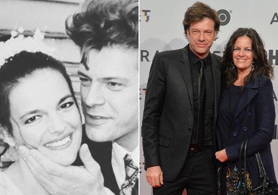 Több magyar sztárpár is a vörös szőnyegre lépett az Aranyélet csütörtök esti díszbemutatóján. Till Attila és gyönyörű felesége is kíváncsi volt az az HBO új magyar sorozatára, illetve annak szereplőire. Még több kép itt »