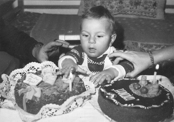 Csonka András egy régi születésnapi fotót is kitett a közösségi oldalára: egyéves volt.