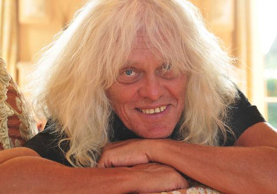 Hétfő reggel azt kürtölte szét egy bulvár napilap, hogy 52 év után kettészakadt az Omega együttes, majd a lapok a feloszlásukról írtak. Kóbor János az RTL Klub reggeli műsorában szólalt meg az esettel kapcsolatban »