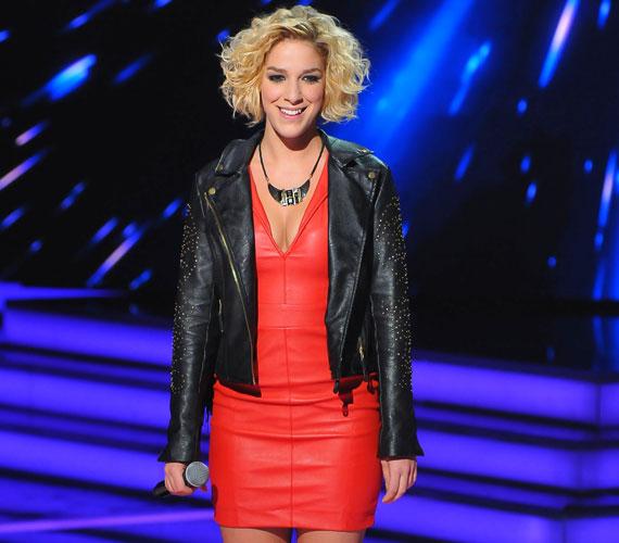 A dögös oldalát ezzel a piros bőrruhával a negyedik élő show-ban mutatta meg először.