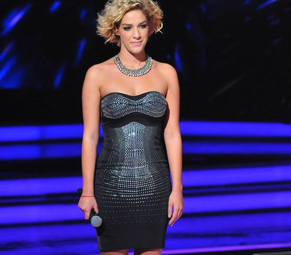 A hatodik élő show-ban láthattuk ebben a fekete, ezüst strasszokkal díszített ruhában, amely a nézők nagy favoritja volt - a műsor Facebook-oldalán sokan rajongtak érte.