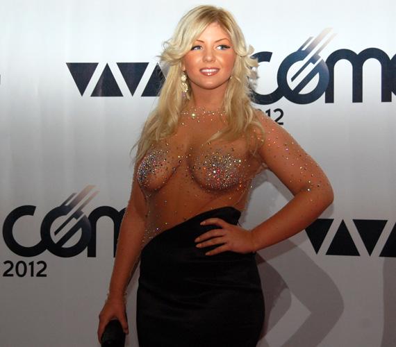 Tolvai Renáta énekesnő kétségkívül a VIVA Comet 2012 legmerészebb szerelését tudhatta magának.