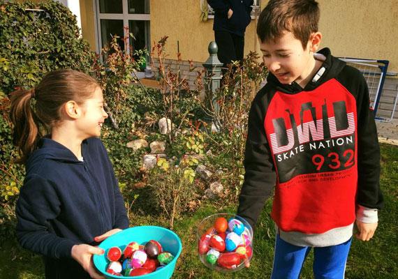 A friss fotón látszik, milyen nagy a hasonlóság a gyerekek és ismert édesanyjuk, Demcsák Zsuzsa között. A műsorvezető örömmel nyugtázta azt, hogy Tamara és Benedek milyen ügyesen összeszedte a kertben lapuló tojásokat.