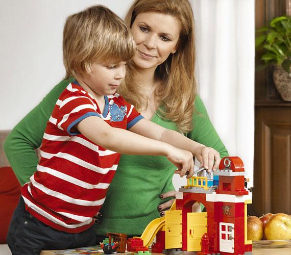 Schell Judit kiegyensúlyozott családban él színész párjával, Schmied Zoltánnal, két fiával, Lackóval és Boldizsárral, valamint négy hónapos kislányával, Borival. A képen a négyéves Boldizsárral látható.