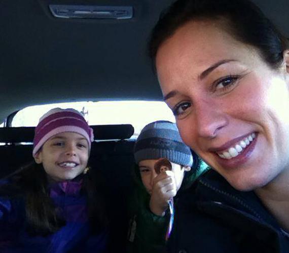 A műsorvezető gyermekeivel. Smink nélkül is irigylésre méltóan néz ki.