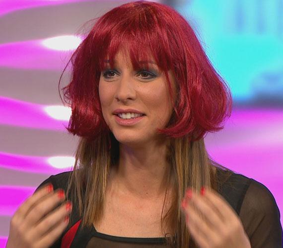 - Soha többet nem lesz frufrum, ezt hogy bírják elviselni a lányok? - kérdezte a csinos műsorvezető, amikor felkapta ezt a vörös parókát.