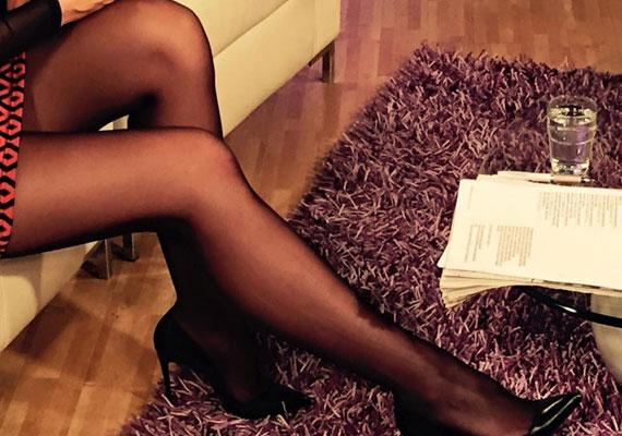 A kommentelők nem győzték dicsérni Demcsák Zsuzsa combjait, volt, aki cipő nélküli, harisnyás képet is követelt.