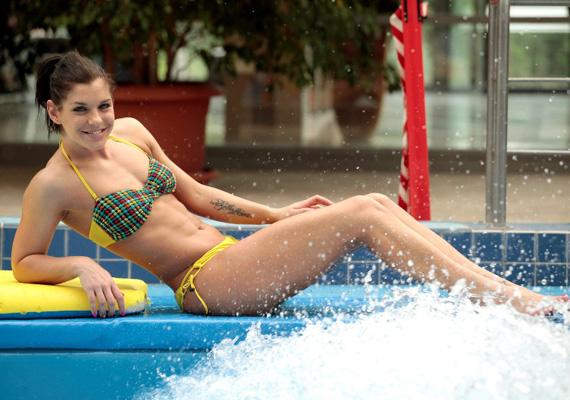 Dér Heni nem csak hangjával, hanem kisportolt alakjával is hódít - pláne bikiniben.