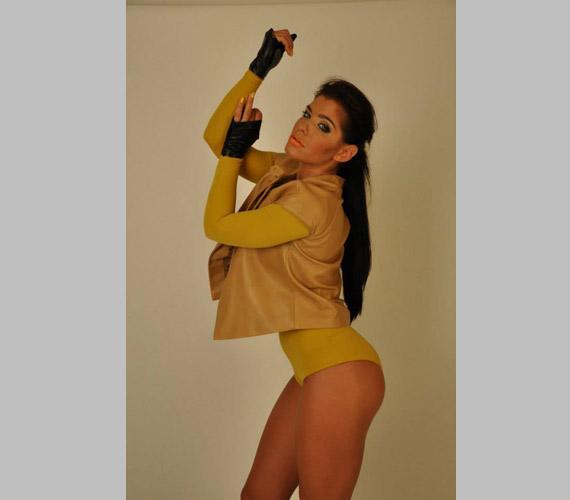 Dér Heni ezzel a dögös pózzal és szereléssel válaszolt azoknak, akik tudni szerették volna, mivel éri el az edzések mellett, hogy ilyen irigylésre méltó az alakja: válasza az volt, hogy figyel a megfelelő vitaminpótlásra.