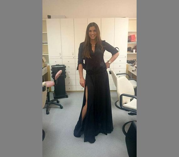 Dér Heni a héten a Duna TV Kívánságkosár című műsorának is a vendége is volt, akkor egy combközépig felsliccelt, elegáns fekete ruhát viselt.
