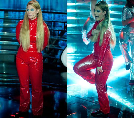 Természetesennem maradhatott el a híres tűzpiros, latex kezeslábas sem, igaz nem olyan feszülős verzióban, mint Britney-n.