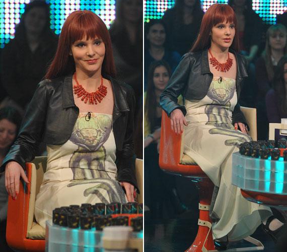 Karafiáth Orsolya költőnő köztudottan szívesen visel parókákat és extravagáns ruhadarabokat. Az M1 vetélkedőjének nőnapi adására is egy egyedi darabban érkezett, sáskás ruháját Szilas Rita tervezte.
