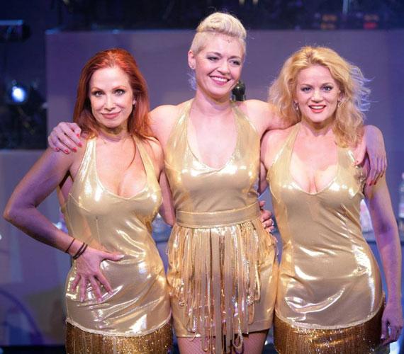 Détár Enikő, Koós Réka és Ladinek Judit aranyszínű, dögös latexruhába bújtak a Bepasiztunk című darabjukban.