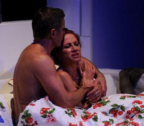 A Rózsák háborúja című darabban egy házasság nehézségeit, buktatóit tárják a nézők elé.