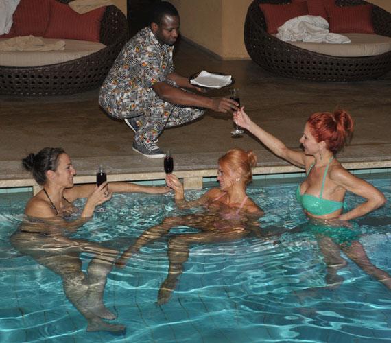 A felsőtárkányi afrikai hotelben lesték minden kívánságukat, még a medencében is kézhez kapták italukat.