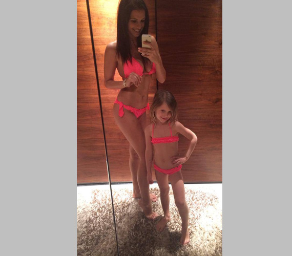 Anya és lánya pinkben: Sarka Kata kislányával, Noncsival látható azon a fotón, melyet a sztármami március végén posztolt közösségi oldalán.