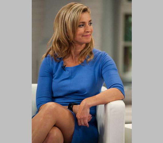 Novodomszky Éva, az M1 műsorvezetője türkizkék, háromnegyedes ujjú ruhában vendégeskedett kolléganője műsorában.