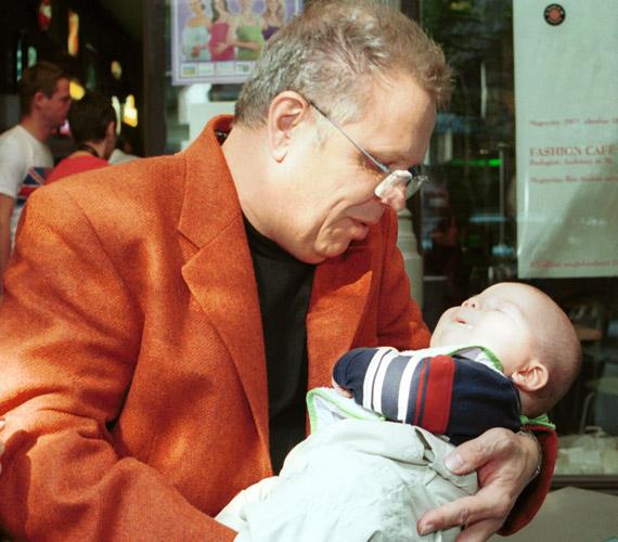 A 66 éves Dévényi Tibor már elmúlt 50, amikor megszületett második fia, Máté. Több évtizedes házasság után 2009 márciusában elvált feleségétől, a sminkmesterként dolgozó Kathytól. Azóta ismét rátalálta szerelem egy Bea nevű hölgy személyében.