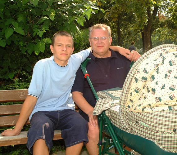 Dévényi Tibor, idősebbik fia, Dévényi Dani és a kis Máté még a babakocsiban.