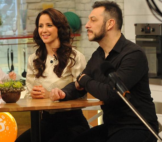 Gubás Gabi színésznő a zenekarával többször is énekelt a Család-barát stúdiójának színpadán.