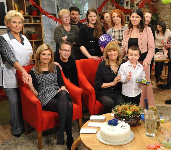 Novodomszky Éva a Család-barát egyik női műsorvezetője a meghívottak gyűrűjében.