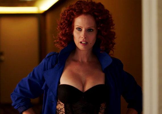 Dobó Kata Leonóra szerepében felpolcolt mellekkel, dögös, fekete fehérneműbe öltözve lepi meg Bálintot.