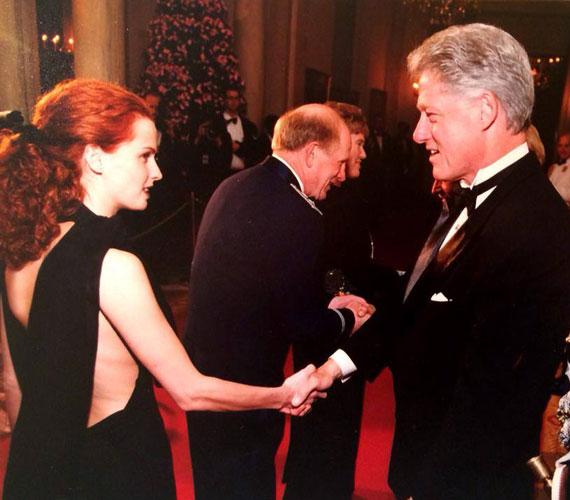 """""""16 évvel ezelőtt a Fehér Ház vendége voltam. (Több magyar honfitársammal egyetemben.) Akkor is azt éreztem; valaki csípjen meg, ez biztosan nem velem történik. Sem az emlék, sem az érzés nem halványult az évek során"""" - írta januárban a Bill Clintonnal közös fotójához. Nem csoda, hogy ebben a kivágott ruhában még a volt elnök szeme is megakadt rajta."""