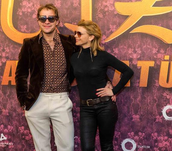 A Liza, a rókatündér Henrikje, Schmied Zoltán párjával, Schell Judit színésznővel érkezett a díszbemutatóra.