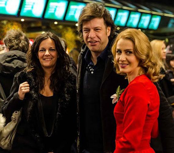 Till Attila, a TV2 műsorvezetője és felesége, Krisztina éppen a Liza, a rókatündér főszereplőjével, Balsai Mónival beszélget.