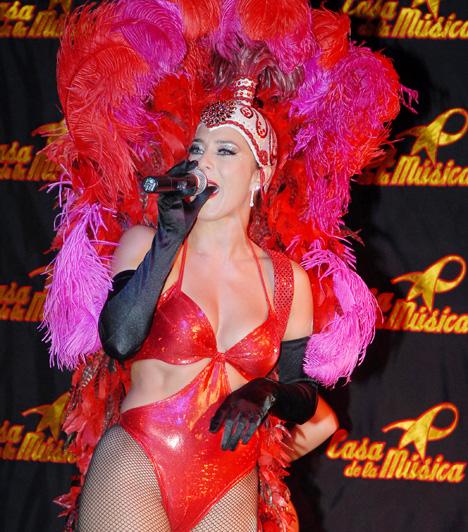 Fésűs Nelly  Az 1971-es születésű színésznőnek remekül állnak a dögös szerepek, nem véletlenül volt hosszú évekig a Moulin Rouge egyik legsikeresebb dívája. A Hello, Dolly!, a Hair, a Hotel Menthol és a Dívavízió sztárja civilben anyuka, egy bűbájos kislány, Csenge édesanyja.  Kapcsolódó cikk: Imádnivaló fotók! Nézd meg a legcukibb magyar sztárcsemetéket »