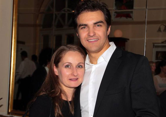 Dolhai Attila 16 éve vette feleségül Viktóriát. Nagyon ritkán mutatkoznak együtt, ám most kivételt tettek: a Budapesti Operettszínház Sybill címú új darabjának premierjén jelentek meg együtt.