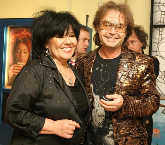 Szikora Róbert 1974 elején csatlakozott a négytagú Hungáriához. 1982. október 5-én lépett ki az együttesből. Dolly 1980-ban került a Hungáriához, majd két évvel később megalakította a Dolly Rollt, mely 2008-ban ünnepelte 25 éves fennállását.