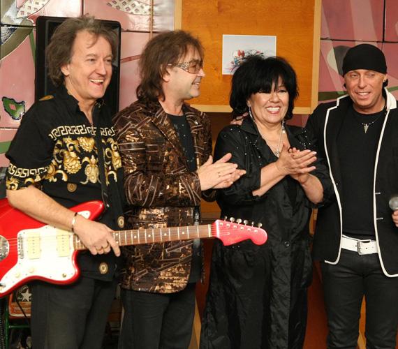 A Dolly Roll albumain a Sziszi művésznéven szereplő énekes-gitáros is csatlakozott Dollyhoz és Szikorához. Kékes Zoltán 1983 óta a Dolly Roll gitárosa, vezetője és menedzsere egy személyben.