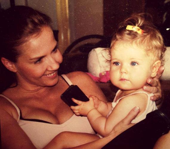 Bár Bálint Antónia 2007. augusztus 22-én született kislánya már iskolás, Toncsi ezt a régi fotót csak egy hete posztolta Babikáról.