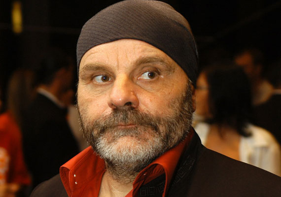 Kovács Lajos színész 1969-től 1998-ig volt házasMurvai Zsuzsannával. Nagy feltűnést keltett, amikor 2005-ben elvette a nála 34 évvel fiatalabb Cseh Annamária fotómodellt, akivel aztán a következő évben elváltak. 2006-ban ismét elvette első feleségét.