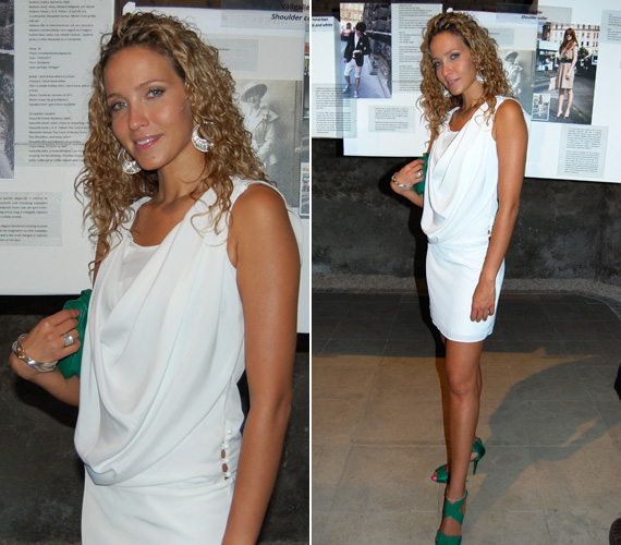 Dammak Jázmin a Street Fashion Múzeum megnyitójára egy fehér ruhában érkezett, amelyet zöld retiküllel és szandállal dobott fel. Természetesen nem hiányozhatott az általa imádott fülbevaló sem, a hozzá illő karkötővel.
