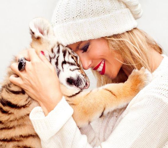 A tigris teljesen elvarázsolta Dukai Reginát, szinte nem is figyelt arra, hogy mi van körülötte.