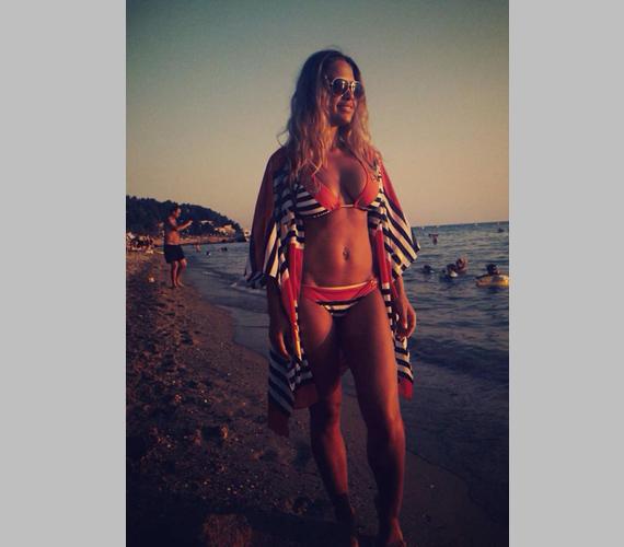 """""""Női szemmel is mindent visz ez a kép rólad. Büszke lehet Peti"""" - írta az egyik női hozzászóló Dundika bikinis fotójához."""