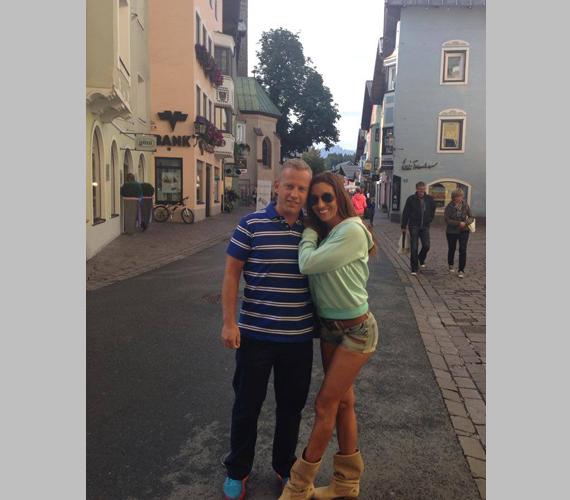 Rubint Réka és Schobert Norbi részt vettek a gyerekeikkel egy családi nyaraláson is, de ezúttal kettesben romantikáznak. Mivel Tirolban vannak, a bikinis fotók elmaradtak, de a Réka nagy sikert aratott farmersortjával is - főleg, hogy a háttérben mindenki más nyakig be volt öltözve.