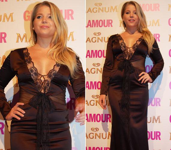 Szabó Zsófi, a Jóban Rosszban színésznője még melltartót sem húzott a Glamour-gálára felöltött lágy esésű selyemruhájához - mellbimbója is átütött az anyagon.
