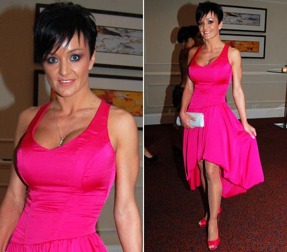 Szandi három gyerek után is irigylésre méltóan karcsú alakját egy élénk pink alkalmi ruhában mutatta meg a Story-gálán. Az énekesnő dekoltázsa legalább annyi tekintetet vonzott, mint formás lábai.